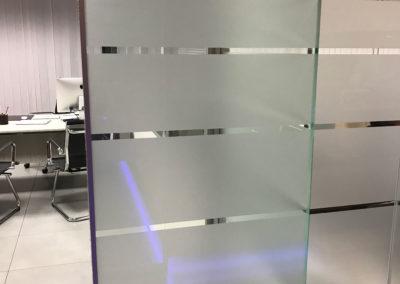 Pellicola effetto sabbiato intagliata e applicata su vetro per dividere facilmente ambienti diversi.
